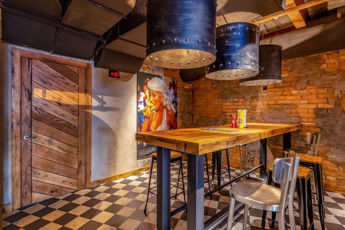 интерьер из дерева в ресторане