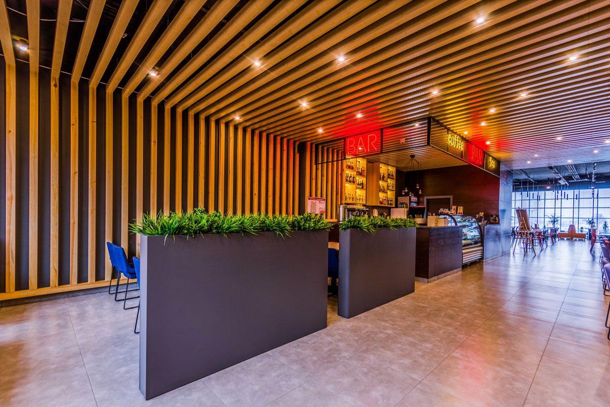 интерьер ресторана из дерева