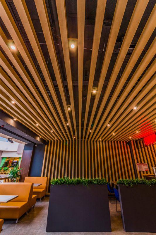 потолок из дерева для ресторана
